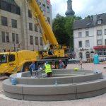 2018 – Neugestaltung des Kornmarkts in Bad Kreuznach. Setzen des neuen Brunnens.