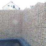 …. mit einer großen Gabionen-Wand und ….