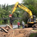 Hier entsteht eine Ufermauer im Salinental ….